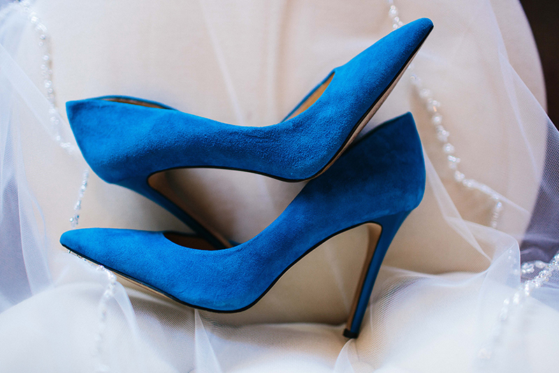 something blue - bride's wedding day blue heels and her veil
